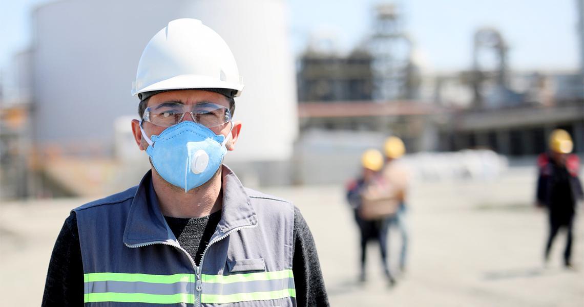 带防护面罩的建筑工