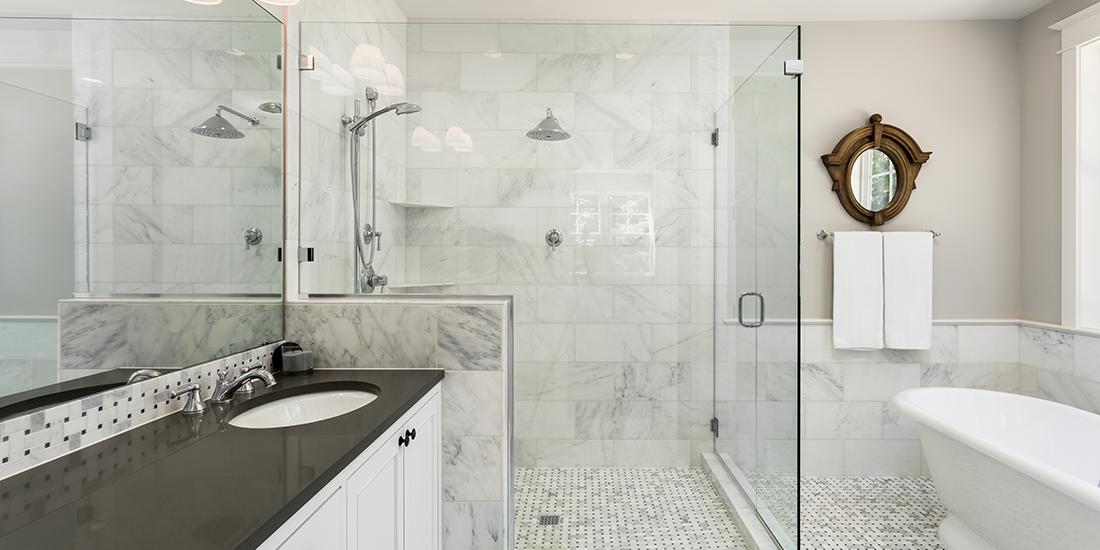 走进淋浴间,拍照信用AAA卡塔克玻璃和壁橱